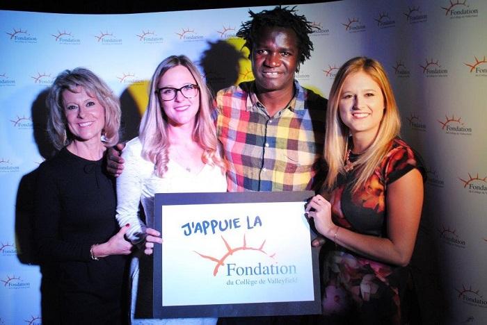 Lynda-Archambault-ses-filles-et-Boucar_Diouf-Fondation-College-Valleyfield-Photo-courtoisie-publiee-par-INFOSuroit_com