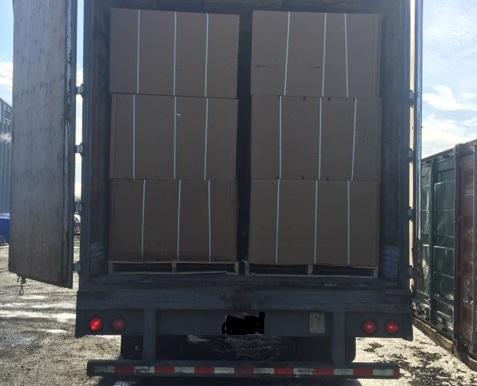 saisie tabac de contrebande marchandises dans remorque de camion Photo courtoisie SQ publiee par INFOSuroit_com
