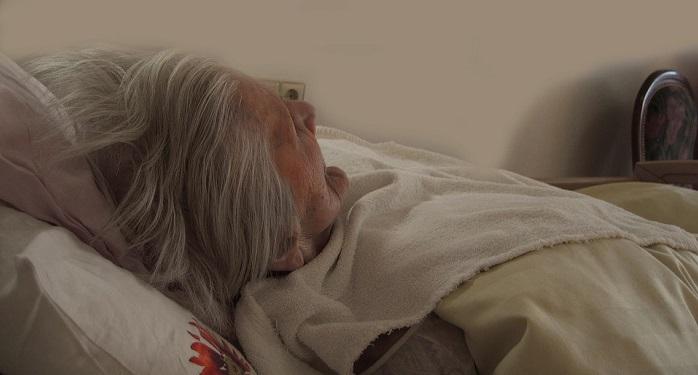 femme-malade-lit-domicile-photo-pixabay-publiee-par-INFOSuroit-com