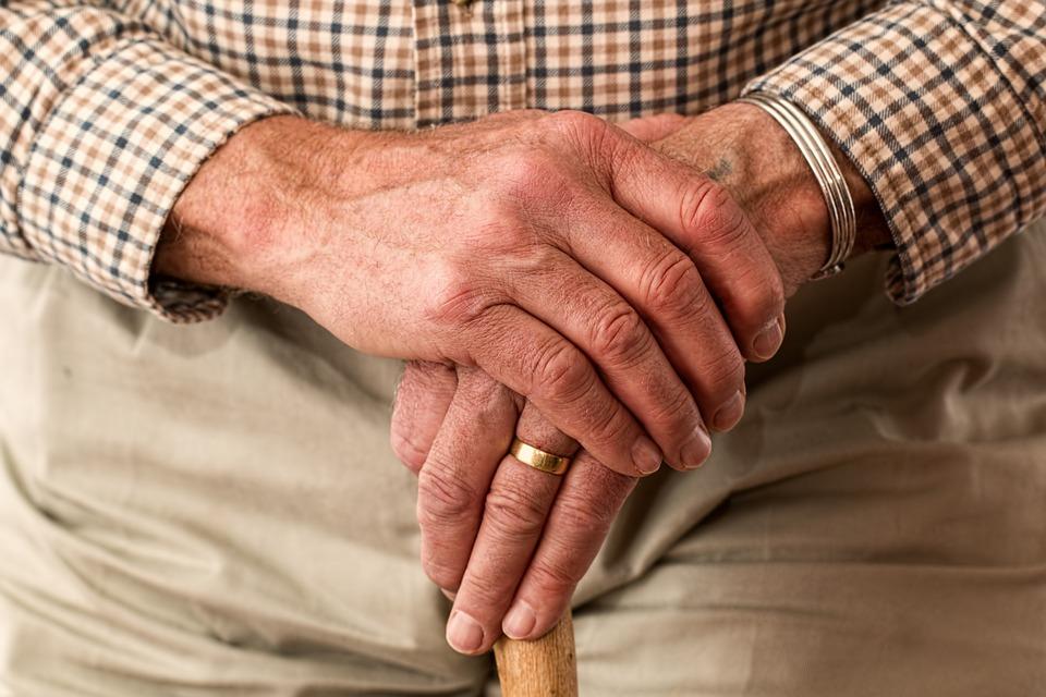 main-vieillesse-personne-agee-ainee-photo-pixabay-publiee-par-INFOSuroit-com