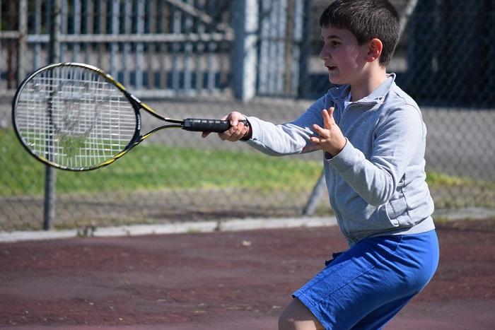 tennis-raquette-jeune-photo-pixabay-publiee-par-infosuroit-com
