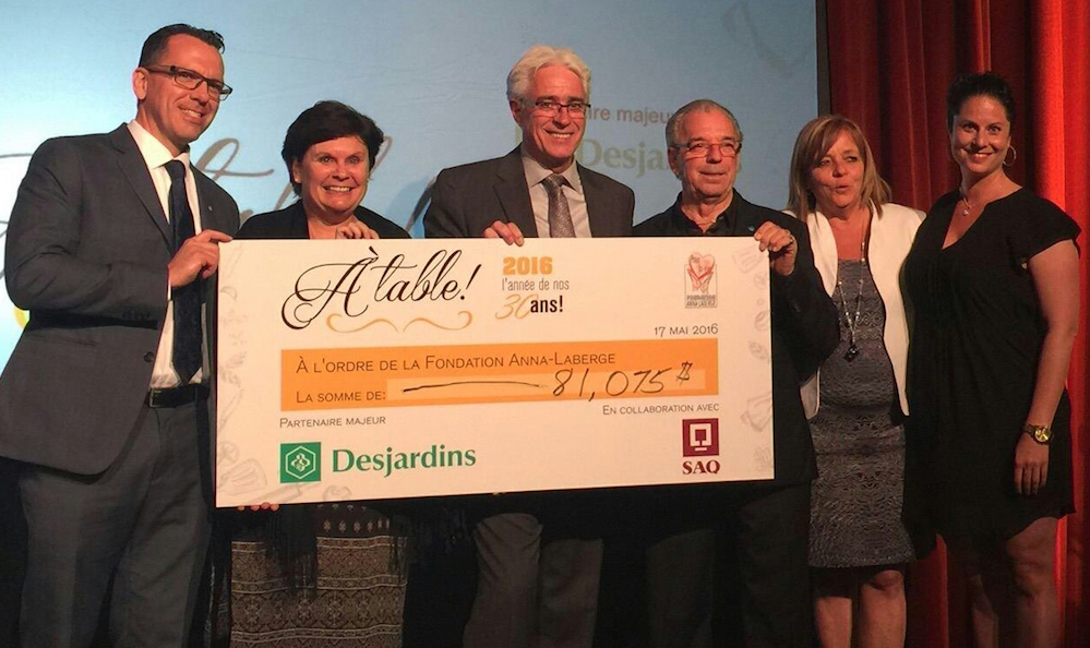 Fondation Anna-Laberge A_table 2016 cheque Photo courtoisie