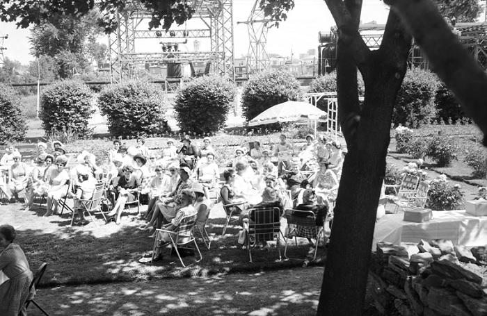 The-dans-le-jardin-Maison-blanche-1960-photo-collection-Peter Rozon-MUSO