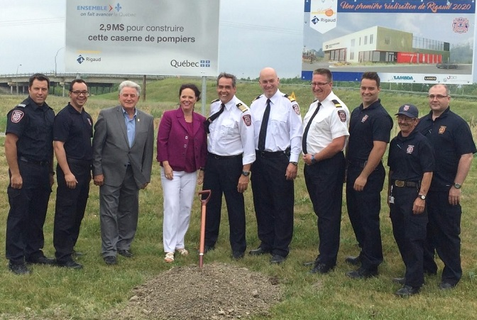 maire de Rigaud pompiers et ministre Lucie_Charlebois pour annonce nouvelle caserne Photo courtoisie
