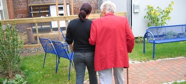 aidant naturel benevole avec personne agee visite medicale Photo Pixabay via INFOSuroit