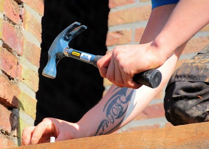 construction renovation travailleur marteau brique Photo Pixabay via INFOSuroit