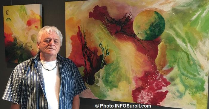 FrancisPlourde avec 2 de ses tabaleaux galerie d_art de la MRC Photo INFOSuroit_com