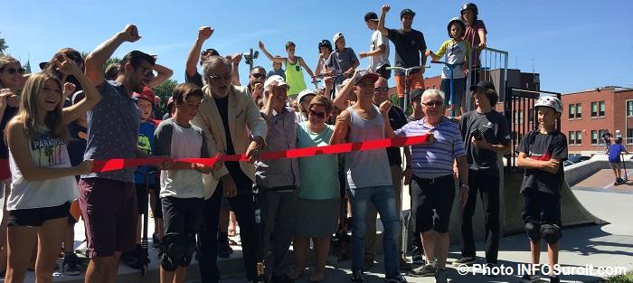 SkatePark inauguration a Beauharnois coupe de ruban jeunes elus et personnel ville Photo INFOSuroit