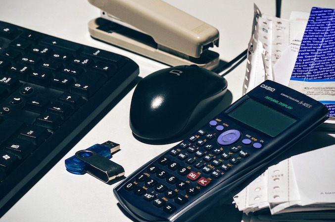 comptabilite-ordinateur-calculatrice-cle-usb-photo-pixabay-via-infosuroit