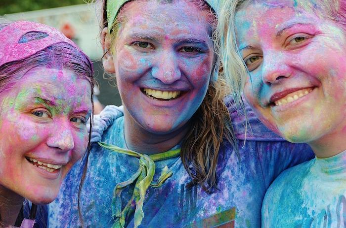 festival course et couleurs festivaliers Photo Pixabay via INFOSuroit
