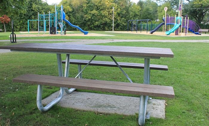 table-pique-nique-et-nouveaux-modules-parc-pelletier-photo-courtoisie-ville-chateauguay