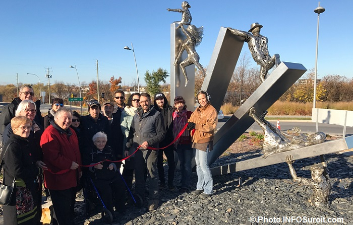 inauguration-sculpture-transition-a-valleyfield-avec-artistes-famille-et-elus-photo-infosuroit
