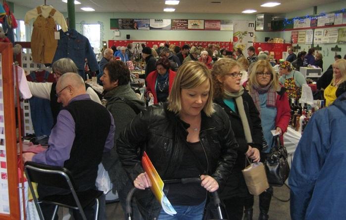 visiteurs-foire-aux-cadeaux-2015-a-beauharnois-photo-courtoisie-c_boulet