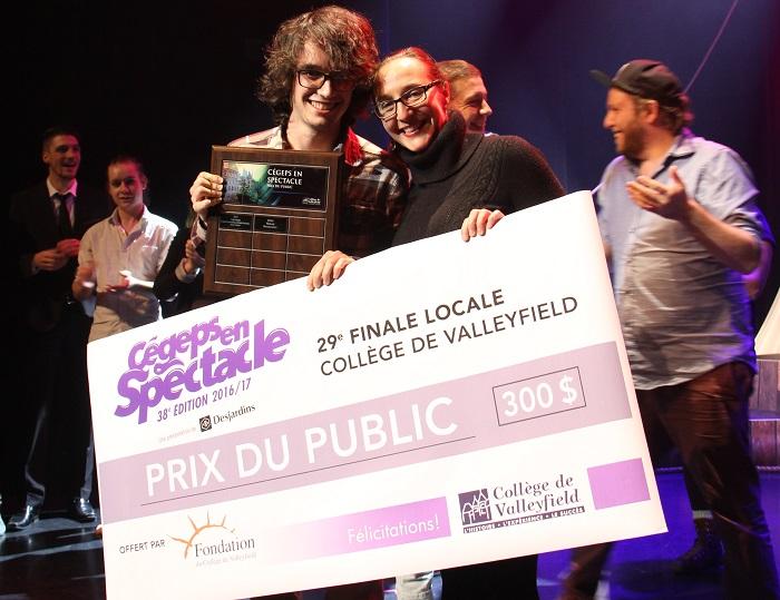 philippe_st-arnaud-gagnant-2016-prix-public-cegepsenspectacle-avec-mtheoret-dg-fondation-collegevalleyfield
