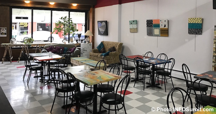 cafe-culturel-lafactrie-tables-chaises-vitrine-photo-infosuroit