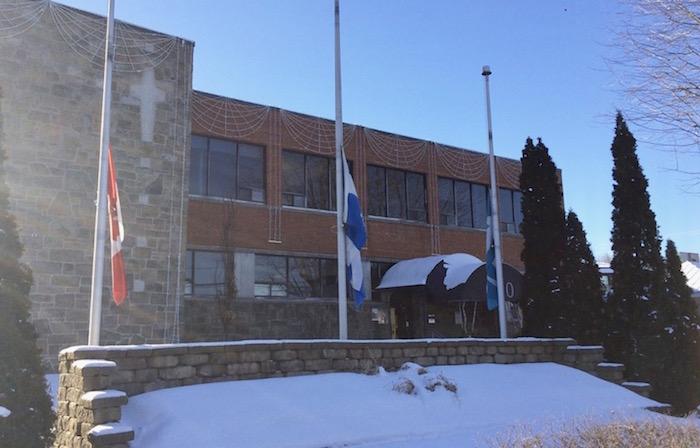 drapeaux en berne hotel de ville Beauharnois Photo courtoisie