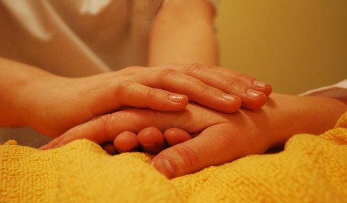 soins proche aidant mains maladie Photo Eliola par Pixabay