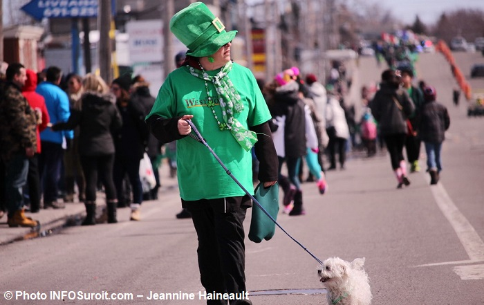Defile Saint-Patrick de Chateauguay 2017-8 Spectateurs et chien Photo INFOSuroit-Jeannine_Haineault
