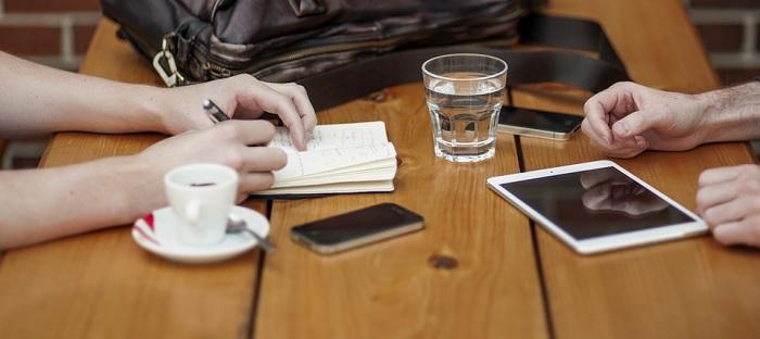 affaires reseautage dejeuner cafe tablette Photo Unsplash via Pixabay