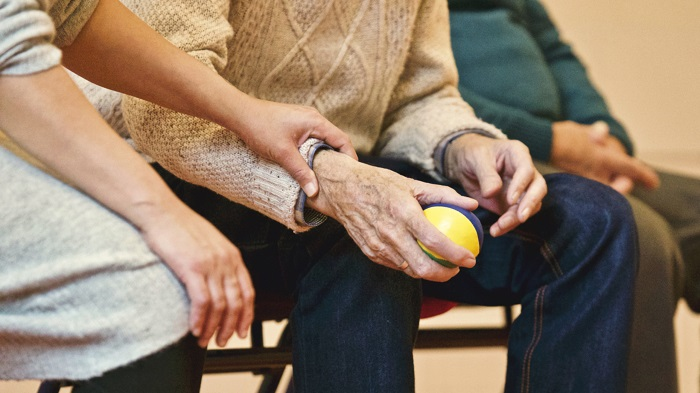 vieillir-aidant-mains-vieux-Photo-MatthiasZomer-via-Pexels-CC0