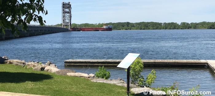 pont_St-Louis bateau depuis HaltedesVillages piste cyclable Photo INFOSuroit