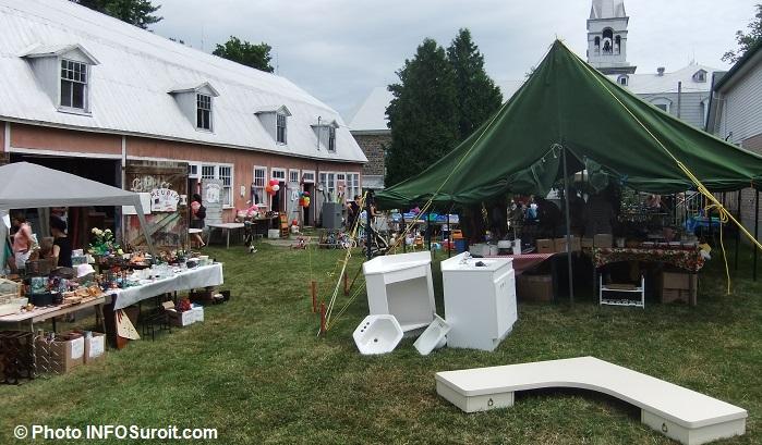Bazar-St-Louis-de-Gonzague-grange-meubles-vaisselle-bric-a-brac-tente-eglise-Photo-INFOSuroit