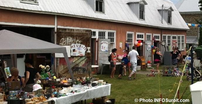 Bazar-en-fete-Saint-Louis-de-Gonzague-grange-meubles-vaisselle-bric-a-brac-Photo-INFOSuroit