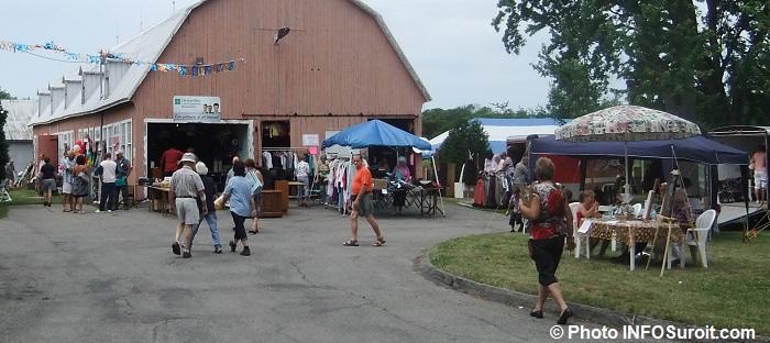 Bazar-en-fete-St-Louis-de-Gonzague-grange-meubles-vaisselle-bric-a-brac-chapiteau-Photo-INFOSuroit