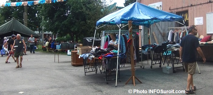 Bazar-en-fete-de-St-Louis-de-Gonzague-teles-grange-vetements-bric-a-brac-visiteurs-Photo-INFOSuroit
