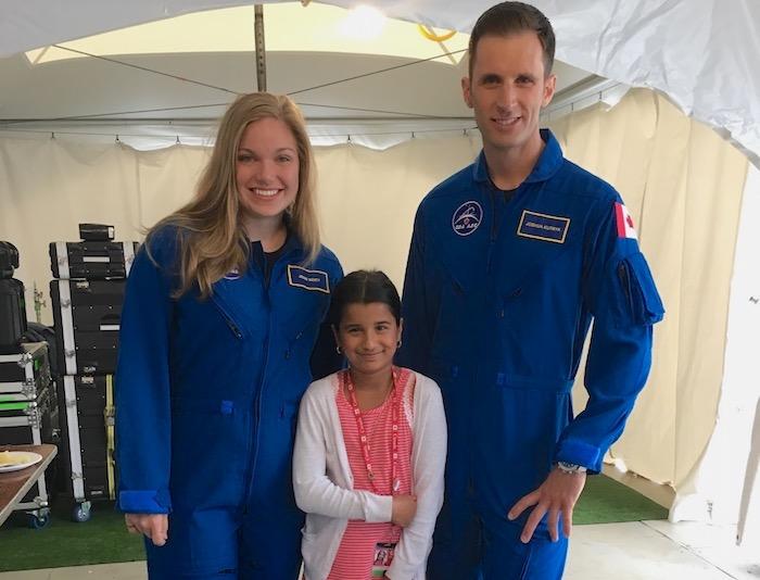 astronautes Jenny Sidey et Joshua Kutry avec Sahana Khatri de Vaudreuil-Dorion Photo courtoisie JS