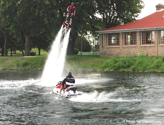 flyboard-en-2013-Vieux-canal-de-Beauharnois-devant-chalet-parc-Sauve-Valleyfield-Photo-INFOSuroit