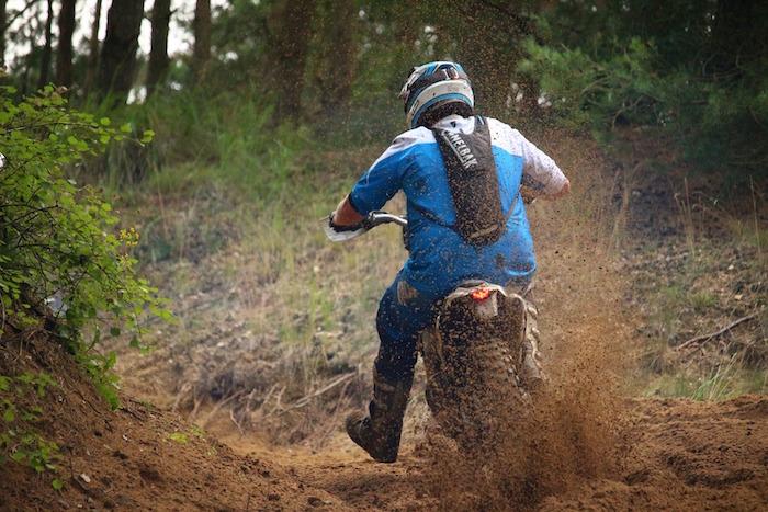 motocross dans les bois photo Rijaij via Pixabay CC0 - copie