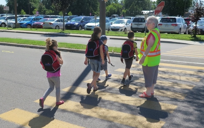 brigadiere scolaire et enfants rentree des classes a Valleyfield Photo courtoisie SdV