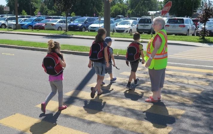 brigadiere scolaire et enfants rentree des classes a Valleyfield Photo courtoisie SdV