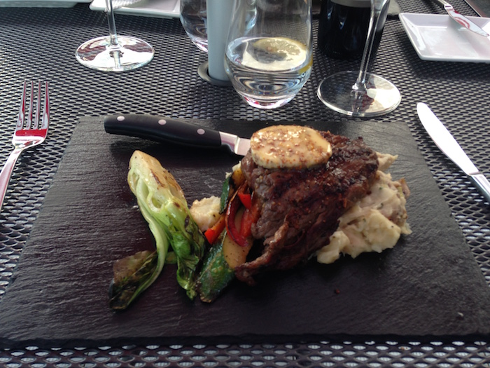 restaurant-BistroFernand-a-Beauharnois-repas-bavette-boeuf-legumes-Photo-courtoisie-CLD