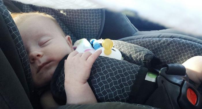 bebe enfant sommeil siege auto Photo TammyDZ via Pixabay CC0
