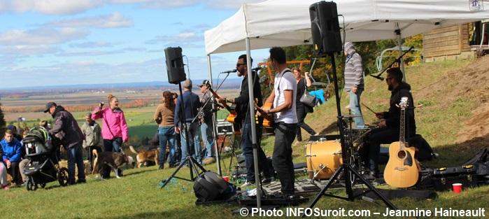 festival-des-Couleurs-Rigaud-chansonniers-en-haut-MontRigaud-Photo-INFOSuroit-Jeannine_Haineault