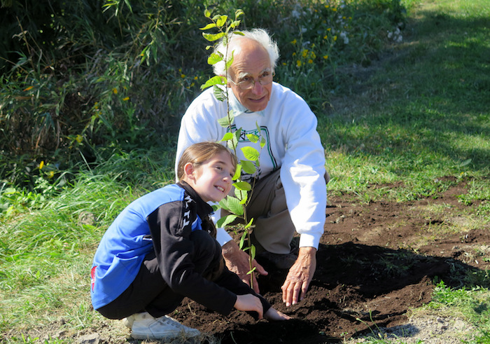plantation arbres RPoupard et eleve ecole Marie-Rose Photo courtoisie SdV