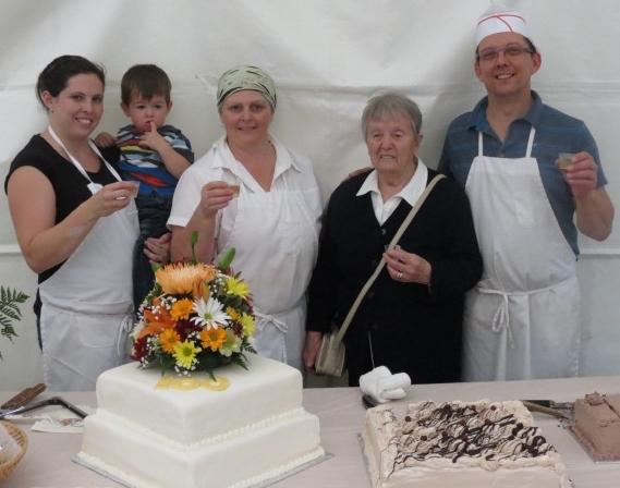 4 generations autour du gateau du 100e Valerie Jacob Lynne Myrette et Bernard Photo BoulangerieChartrand_com