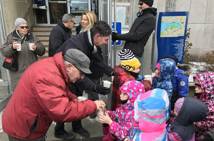 GuyLeclair distribution chocolat chaud enfants devant hotel de ville Valleyfield Photo courtoisie