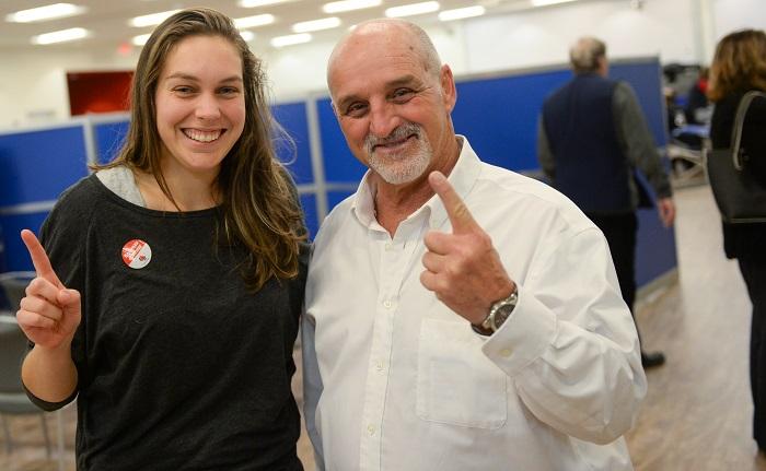 Marie-Line Fiola 1er don de sang et le maire Guy_Pilon Photo VD