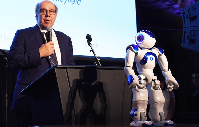 Pierre Dumouchel ambassadeur 50 ans College de Valleyfield et robot Nao Photo ColVal