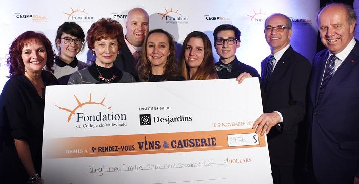 Vins et causerie 2017 Fondation College Valleyfield montant cheque Photo via ColVal