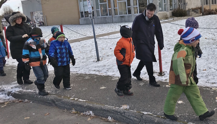 depute GuyLeclair devant ecole Edgar-Hebert marche Journee des enfants Photo courtoisie