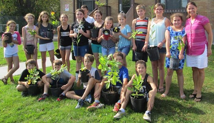 projet Semons_des_semeurs eleves et arbustes avec enseignante Photo courtoisie ARRC