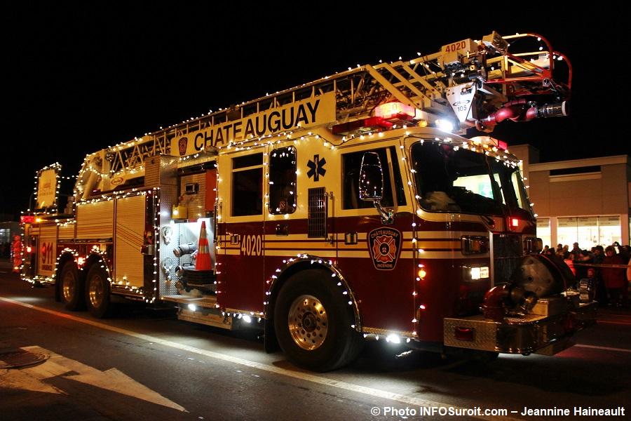 Chateauguay-Histoire-de-Noel-2017-camion-de-pompiers-Photo-INFOSuroit-Jeannine_Haineault