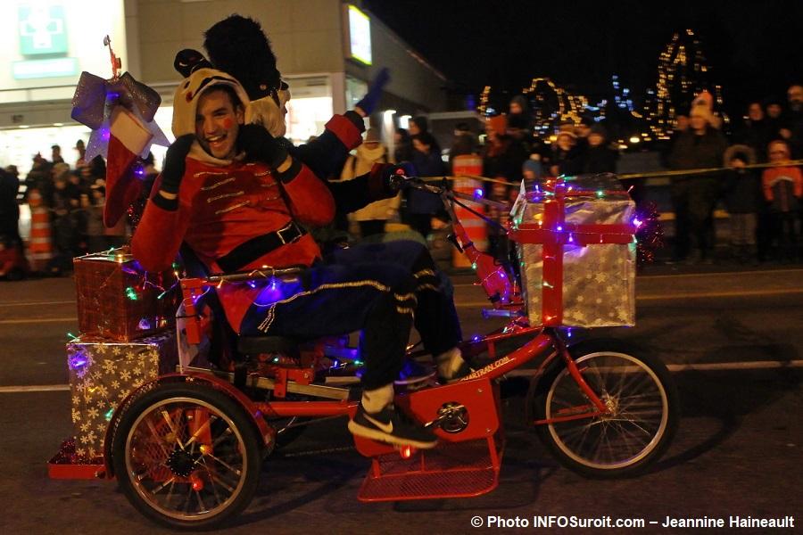 Chateauguay-Histoire-de-Noel-2017-personnages-tricycle-cadeaux-Photo-INFOSuroit-Jeannine_Haineault
