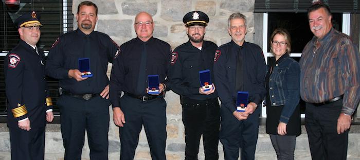des honneurs pour pompiers de St-Louis-de-Gonzague avec DG et maire photo courtoisie