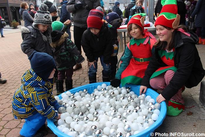fete-Noel-2017-Place-du-Marche-Beauharnois-enfants-familels-boules-de-Noel-piscine-lutins-photo-INFOSuroit