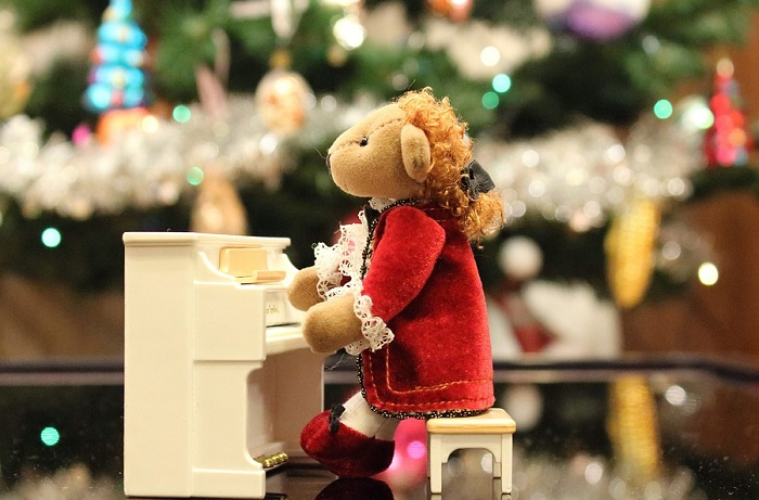 ourson peluche Noel piano concert Photo KlimKin via Pixabay CC0